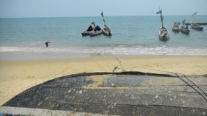 Vissersboten liggen stil aan de kust